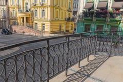 Bâtiments dans le style classique et balustrades dans le premier plan Photo stock