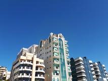 Bâtiments dans un ciel bleu photo stock