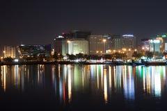 Bâtiments de bord de mer de Doha la nuit photographie stock