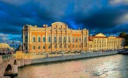 Bâtiments de bord de mer sur les banques de la rivière Neva et les bateaux de touristes sur l'eau dans le St Petersbourg photo libre de droits