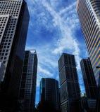 Bâtiments de district des affaires avec un fond de ciel bleu photographie stock