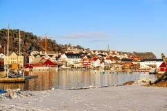 Bâtiments de fond sur les banques du fjord Photos stock