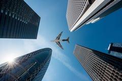 Bâtiments de gratte-ciel de Tokyo et un vol plat au-dessus en à Tokyo Shinjuku en centre ville et district des affaires dans le m images libres de droits