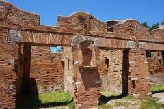 Bâtiments de magasin antiques dans Ostia Antica Beaux vieux hublots ? Rome (Italie) image libre de droits