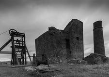 Bâtiments de mine de pie plus étroits en noir et blanc Image stock