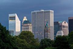 Bâtiments de New York au crépuscule vu du Central Park images stock