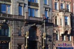 Bâtiments de quai de canal de St Petersbourg vieux Image stock