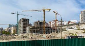 Bâtiments de site en construction et grues Photo libre de droits