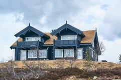 Bâtiments de touristes dans les montagnes norvégiennes Photo stock