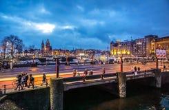 Bâtiments de vintage et canaux célèbres de ville d'Amsterdam à l'ensemble du soleil Vue générale de paysage Image libre de droits