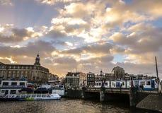 Bâtiments de vintage et chanels célèbres de ville d'Amsterdam à l'ensemble du soleil Vue générale de paysage Photos stock