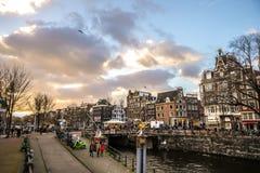 Bâtiments de vintage et chanels célèbres de ville d'Amsterdam à l'ensemble du soleil Vue générale de paysage Photographie stock libre de droits