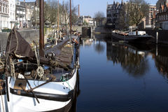 Bâtiments de vintage et mâts des bateaux à Rotterdam Image libre de droits