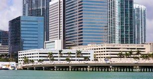 Bâtiments du centre de Brickell d'horizon de Miami dans le bord de mer de rivière de Miami Photographie stock
