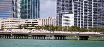 Bâtiments du centre de Brickell d'horizon de Miami dans le bord de mer de rivière de Miami Images stock