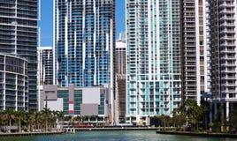 Bâtiments du centre de Brickell d'horizon de Miami dans le bord de mer de rivière de Miami Image libre de droits