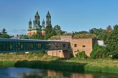 Bâtiments du fort prussien historique sur la rivière de Warta et une passerelle moderne photographie stock libre de droits