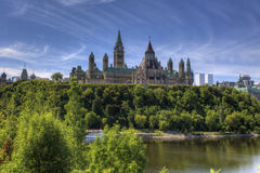 Bâtiments du Parlement du Canada hauts au-dessus de la rivière d'Ottawa Photographie stock libre de droits