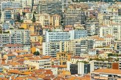 Bâtiments empilés sur l'un l'autre en principauté du Monaco pendant un jour d'été photographie stock