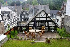 Bâtiments en bois historiques de style de tudor dans Monschau images libres de droits