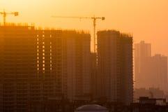 Bâtiments en construction au crépuscule Photos stock