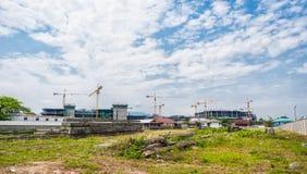 Bâtiments en construction avec des grues Images libres de droits