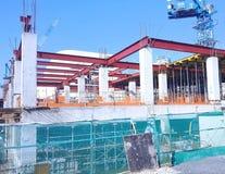 Bâtiments en construction avec la grue à tour en Malaisie images stock