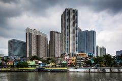 Bâtiments en Mandaluyong et rivière de Pasig, dans Makati, métro M Images libres de droits