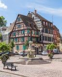 Bâtiments encadrés de bois de construction coloré à Colmar, France photographie stock