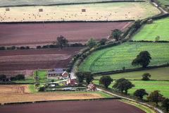 Bâtiments et champs aériens de ferme Photos stock