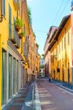 Bâtiments et couples colorés sur la rue Photographie stock libre de droits