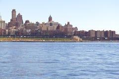 Bâtiments et East River de Brooklyn Photos libres de droits