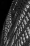 Bâtiments et fenêtres pendant la nuit Photographie stock libre de droits