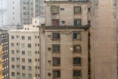 Bâtiments et fenêtres sur un paysage fait concret très urbain, I Image stock