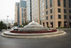 Bâtiments et fontaines modernes Image stock