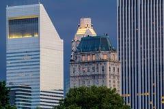 Bâtiments et gratte-ciel de New York au crépuscule images stock