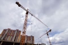 Bâtiments et grue de chantier de construction Photographie stock libre de droits