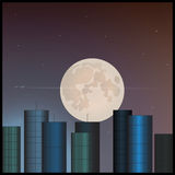Bâtiments et la lune dans le ciel Photo stock