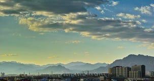 Bâtiments et montagne au soleil réglés Image stock