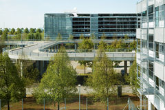 Bâtiments et routes dans un aéroport moderne Photos stock