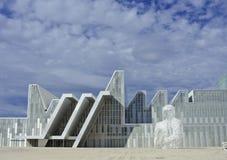 Bâtiments et sculpture blancs modernes Fond architectural photos stock