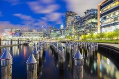 Bâtiments et stadim modernes à Melbourne la nuit Photographie stock libre de droits