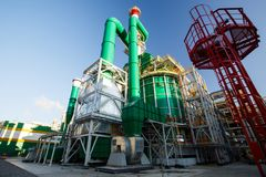 Bâtiments et structures colorés dans le territoire d'une grande usine photographie stock libre de droits