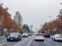 Bâtiments et voitures d'une grande ville dans le brouillard photo libre de droits