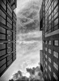 Bâtiments génériques avec le ciel images stock