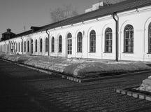 Bâtiments historiques d'Iekaterinbourg en bon état et usine mécanique Photographie stock