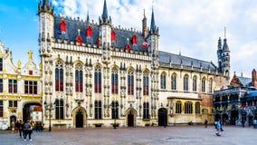 Bâtiments historiques de hôtel de ville, et la basilique du sang saint vers la droite, sur la place de Burg à Bruges, la Belgique photographie stock libre de droits