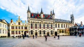 Bâtiments historiques de hôtel de ville, et la basilique du sang saint vers la droite, sur la place de Burg à Bruges, la Belgique photos stock