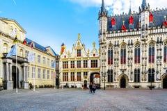 Bâtiments historiques du Brugse Vrije avec le vieux bâtiment civil de conservateur du côté droit sur la place de Burg à Bruges, B photos stock