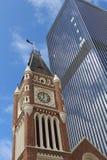 Bâtiments historiques et modernes contre le ciel bleu photo libre de droits